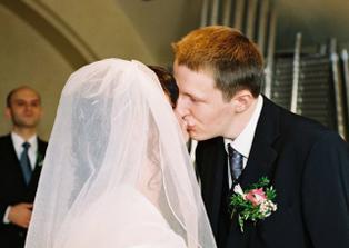 První dva novomanželské polibky!