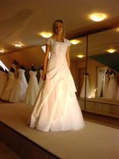Moje svadobne šaty su na predaj kto by mal záujem.Sú šite na mieru velkost 36/38.Saty su vysivane kamienkami  bolerko k tomu tiez vysivane.Zaujemcovia nech sa mi ozvu na mail(nika.matejkova@centrum.sk)poslem aj viac fotiek