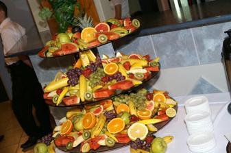 tiež švédske stoly s ovocím a fontánkou