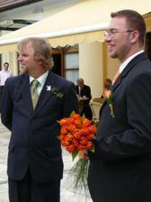 Ženich s tatínkem....krásně se usmívají...asi koukají na nevěstu :o)