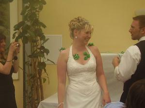 Z nevěsty udělal ženich výzdobu :o)