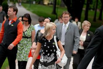 ...přicházejí svatebčané...