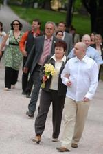 ...přichází ženich s maminkou