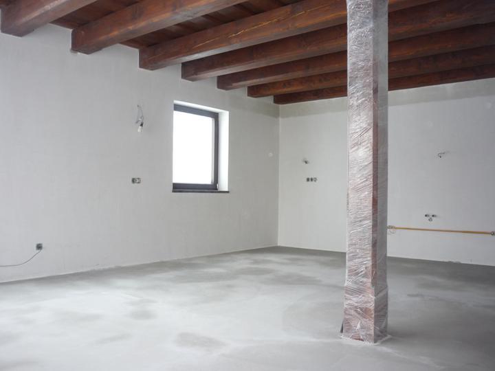 Náš  domček  - krok za krokom - Nivelácia betónového poteru  v celom dome.