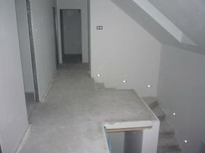 Po mesiaci ako som opravoval omietky a následne ich brúsil, sa tento víkend 10-11.3.2012 podarilo vymaľovať kompletne celý dom. Na schodisku osadený prvý vypínač :)