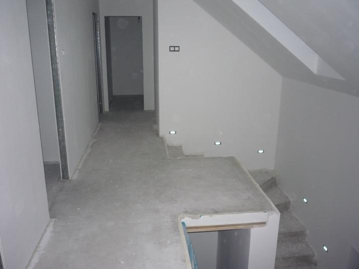 Náš  domček  - krok za krokom - Po mesiaci ako som opravoval omietky a následne ich brúsil, sa tento víkend 10-11.3.2012 podarilo vymaľovať kompletne celý dom. Na schodisku osadený prvý vypínač :)