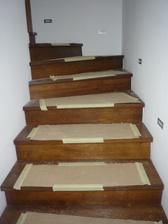Súčastne s montážou kuchynskej linky prebiehala aj montáž schodov, horného zábradlia a dverí.