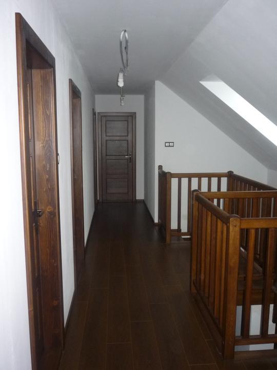 Náš  domček  - krok za krokom - Takto vyzerá naša takmer hotová chodba v podkroví. Jediné čo chýba sú stropné lampy.