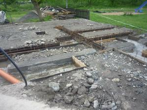 Ležatá kanalizácia, voda, železná výstuž základov.