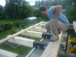 Ukotvenie balkóna do dreveného stropného trámu.