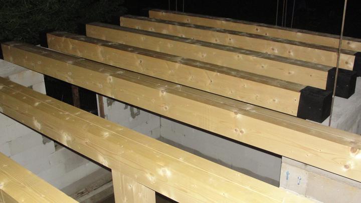Náš  domček  - krok za krokom - Stropné trámy obalené do izolácie a uložené na svojom mieste.