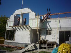 23.9.2010 Začiatok montáže krovu.