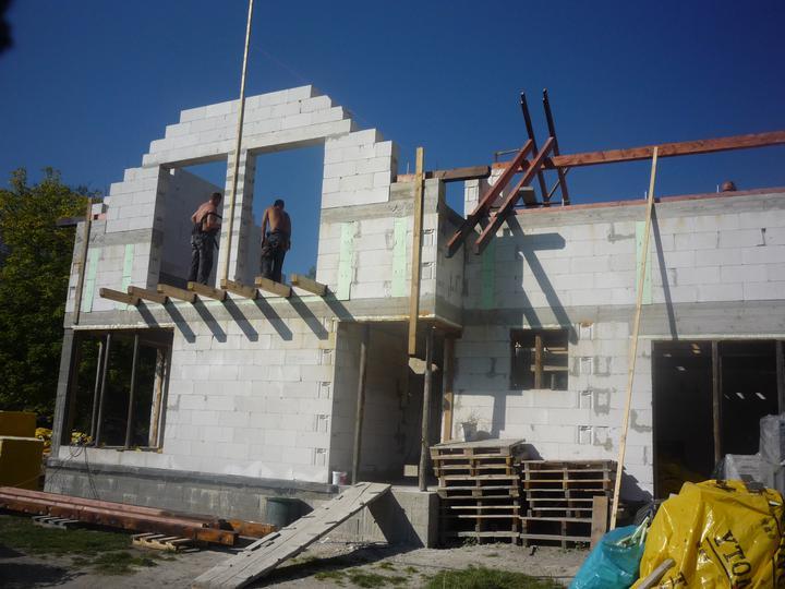 Náš  domček  - krok za krokom - 23.9.2010 Začiatok montáže krovu.