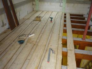 16.4.2011 Montáž neomietaných dosiek na stropné trámy nad prízemím.