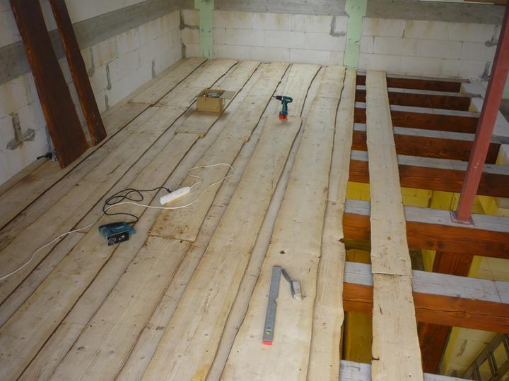 Náš  domček  - krok za krokom - 16.4.2011 Montáž neomietaných dosiek na stropné trámy nad prízemím.