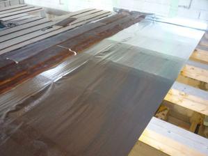 20.4.2011 Montáž neomietaných dosiek na stropné trámy nad garážou - s použitím parozábrany JUTAFOL.