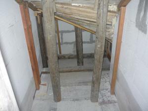 26.4.2011 Začíname šalovať schody. Nakoľko som si na to netrúfal sám tak som si najal majstra.