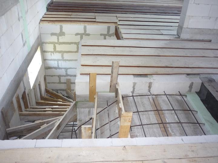 Náš  domček  - krok za krokom - Na druhý deň boli schody zašalované a spevnené železom.