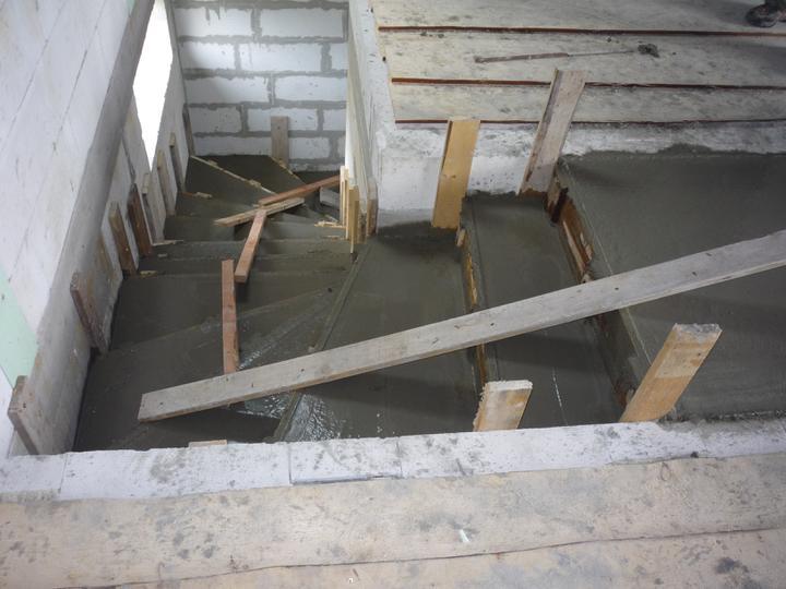Náš  domček  - krok za krokom - 30.4.2011 Betónovanie schodov.