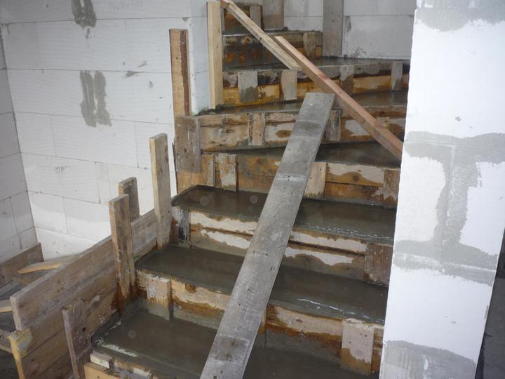 Náš  domček  - krok za krokom - Hotovo - celkom 17 schodov.