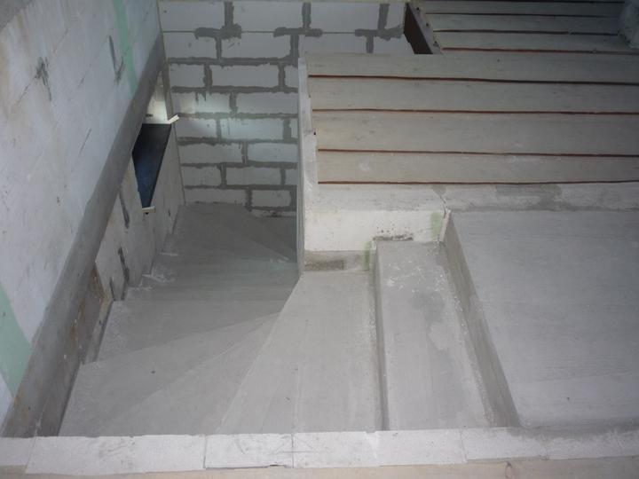 Náš  domček  - krok za krokom - Pohľad z podkrovia.