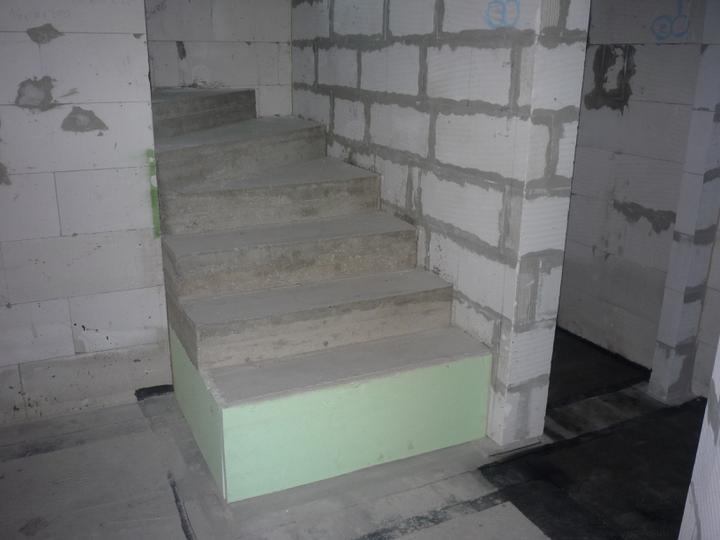 Náš  domček  - krok za krokom - Päta schodov je odizolovaná XPS - kom.