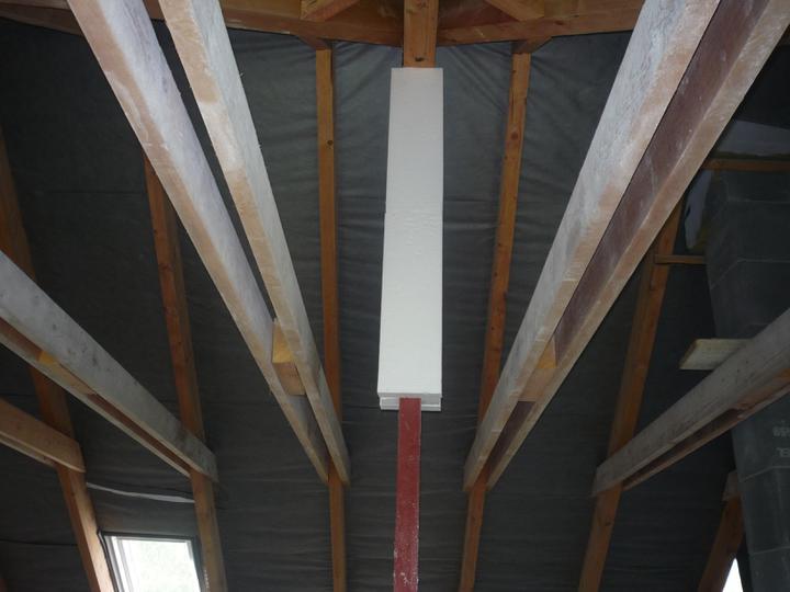 Náš  domček  - krok za krokom - V podkroví som zaizoloval aj železný pilier v nadstropnej časti.