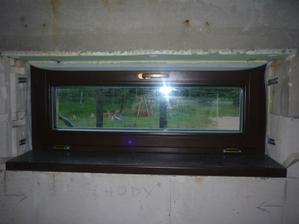 Okná sú montované na pásky z vnútornej i vonkajšej strany.