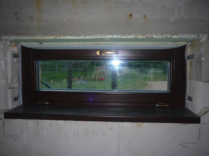 Náš  domček  - krok za krokom - Okná sú montované na pásky z vnútornej i vonkajšej strany.
