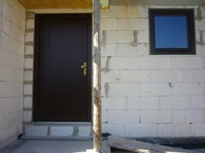 Vchodové sendvičové (zateplené) dvere. Chceli sme čo najjednoduchšie bez presklenia, preto len to jemné frézovanie na vonkajšej strane.
