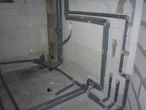 Rozvody kanalizácie a vody v prízemnej časti domu. Toto je technická miestnosť preto taká spleť rúr.