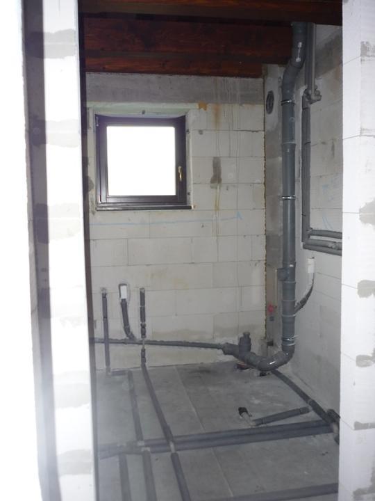 Náš  domček  - krok za krokom - V tejto miestnosti bude kotol so zabudovaným bojlerom, pár ventilov na štátnu i studňovú vodu, práčka, rozdelovač na podlahové vykurovanie, umývadlo, skrinka na ističe.