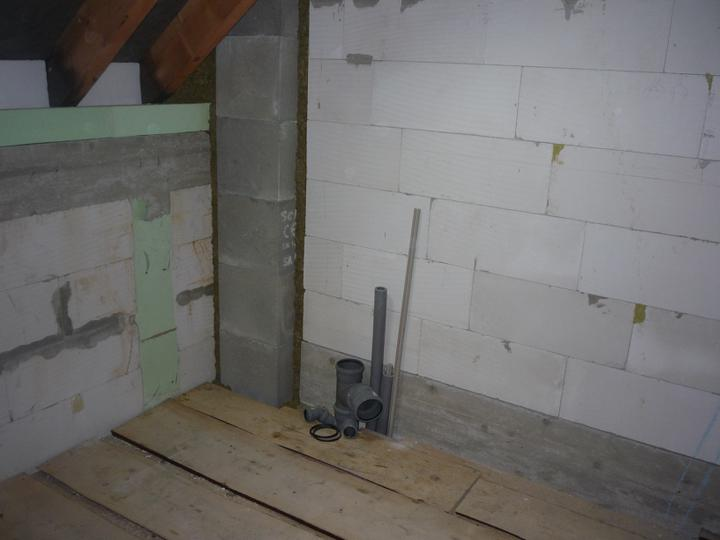 Náš  domček  - krok za krokom - Voda a kanalizácia vyvedená do podkrovia.Musím doriešiť pár podstatných detailov a pokračujeme...