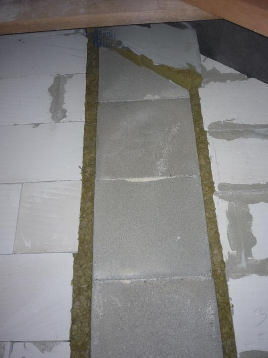 Náš  domček  - krok za krokom - Nakoľko mi komín prechádza nosnou stenou, tak som musel diletáčnú medzeru medzi komínom a stenou vyplniť nehorľavým materiálom. V tomto prípade minerálnou vlnou.