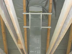 Ukotvenie komína v podstrešnej časti - domáca výroba.