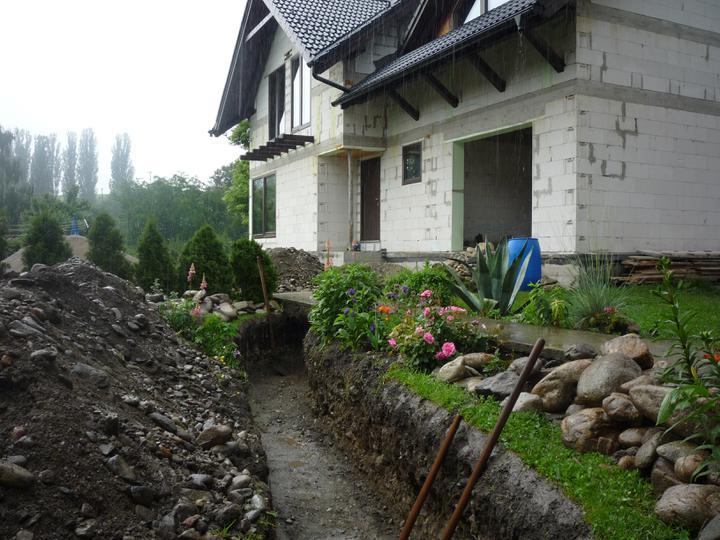 Náš  domček  - krok za krokom - Tak takýto kanál sme kopali pre plynovú a elektrickú prípojku. Takmer 40m - ručne dvaja ľudia.