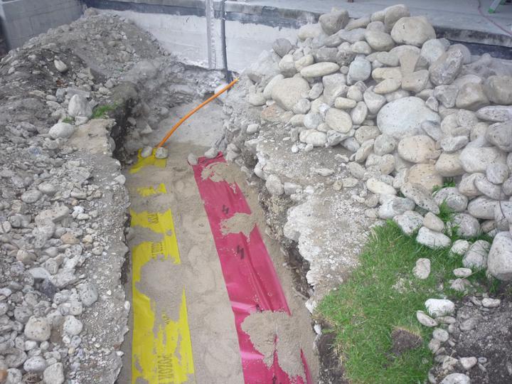 Náš  domček  - krok za krokom - Plyn a elektrika uložené v pieskovom lôžku a označené výstražnou fóliou.