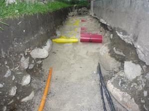 Detail uloženia plynovej a elektrickej prípojky. Už len zasypať výkopovou zeminou.