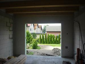 Vstup do garáže omietnutý, elektrika poťahaná - všetko pripavené na montáž sekcionálnej brány Hormann.