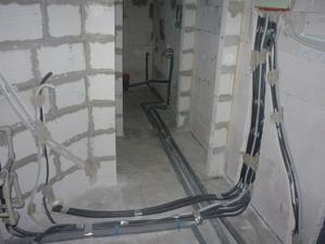 Technická miestnosť - elektroinštalácie hotové, voda natlakovaná.