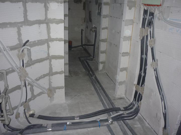 Náš  domček  - krok za krokom - Technická miestnosť - elektroinštalácie hotové, voda natlakovaná.