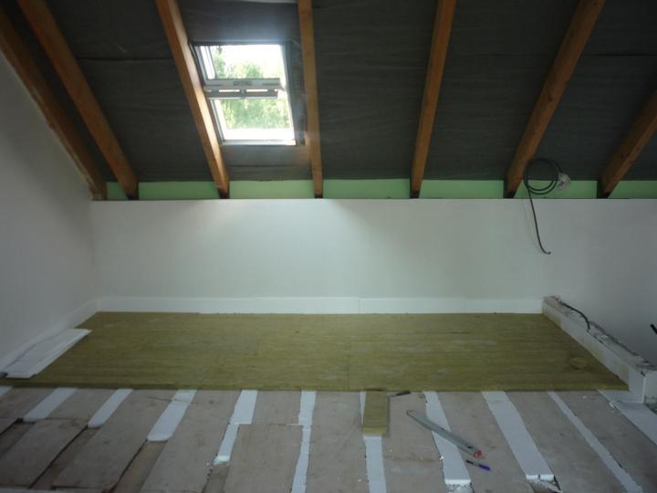 Náš  domček  - krok za krokom - Kročajová izolácia NOBASIL PTS - 30mm pod podlahové vykurovanie (podkrovie).