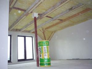Vpravo hore začínam dávať do stropu druhú - 180mm vrstvu izolácie.