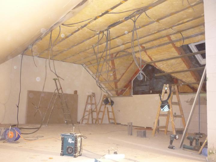 Náš  domček  - krok za krokom - Zo stropu trčia elektroinštalačné káble, ktoré budú umiestnené v priečkach zo sadrokartónu.