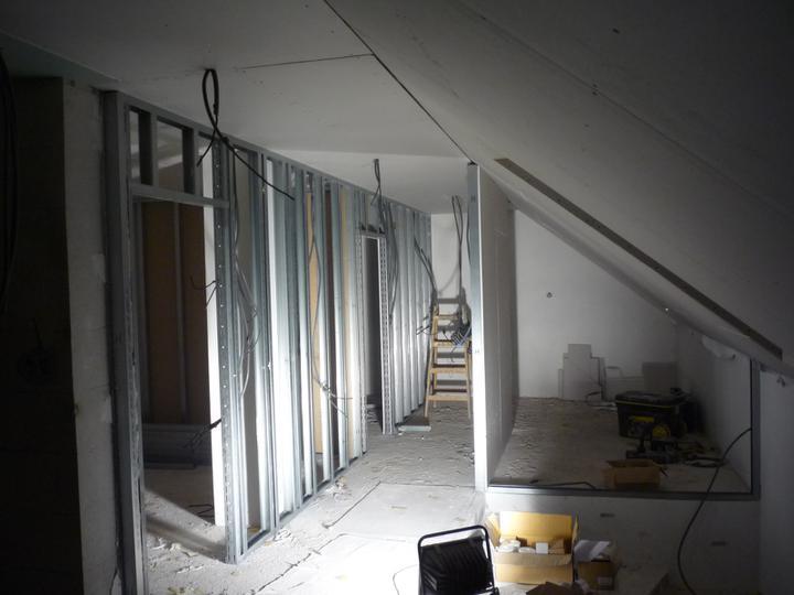 Náš  domček  - krok za krokom - Konštrukcia SDK priečok hotová. Nasleduje opláštenie z jednej strany, rozvody elektriky, akustická izolácia, opláštenie z druhej strany, tmelenie, brúsenie.