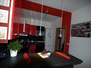 v dnesnej dobe je uz kuchynka biela, zastena cervena a stena seda....foto dodam :-D
