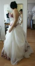 šaty z boku