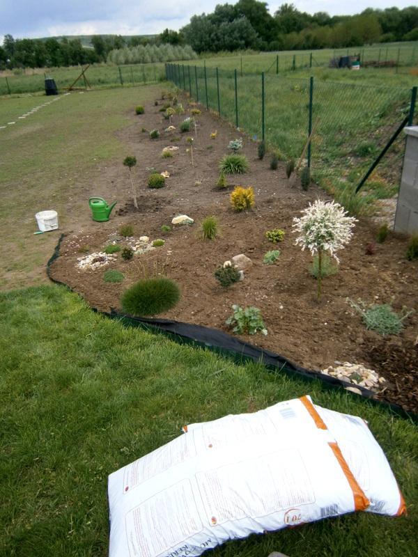 Zahrada a předzahrádka - Můj okrasný minizáhonek :D,NAKONEC MÁ ÚPLNĚ JINÝ TVAR :D
