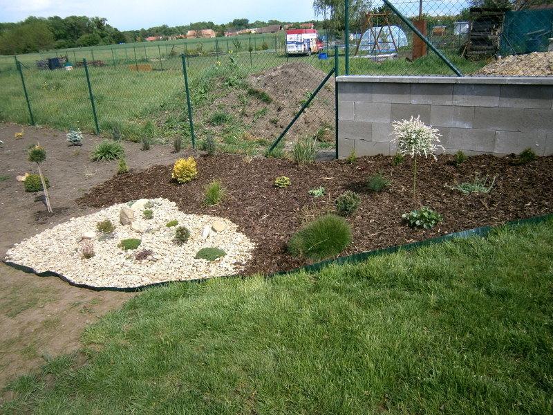 Zahrada a předzahrádka - Došla mi kůra tak zatím takto ,budu pak pokračovat :D