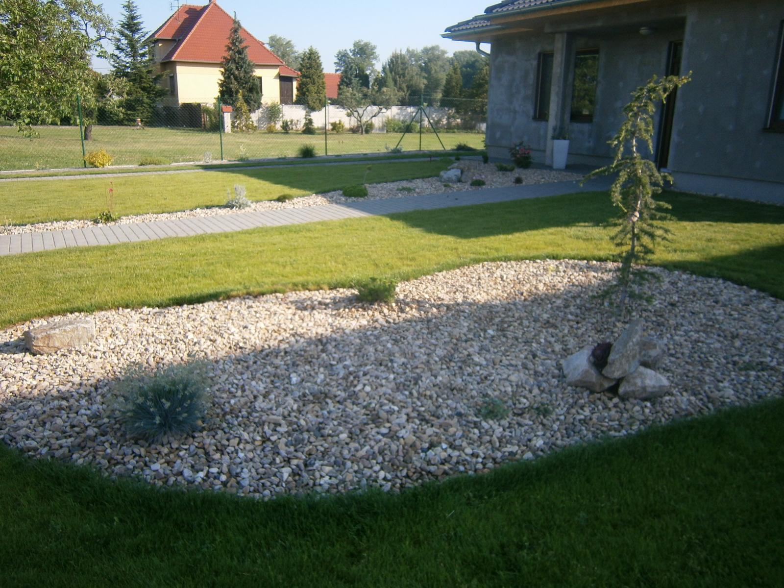 Zahrada a předzahrádka - před domem